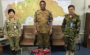 Nữ sĩ quan Việt Nam may khẩu trang tặng nhân viên LHQ và người dân CH Trung Phi