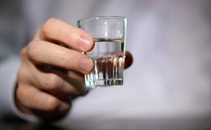 Cầm 1 chiếc cốc trên tay, vị giáo sư chỉ ra sai lầm nhiều người đang mắc phải mà không hay