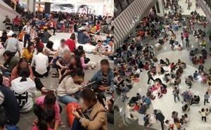 Hình ảnh người dân ngồi la liệt để ăn uống ở TTTM trong ngày nghỉ Tết Dương lịch gây xôn xao