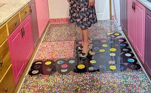 Để trả thù chồng cũ, người phụ nữ quyết định sử dụng bộ sưu tầm quý giá của ông để lót sàn nhà bếp