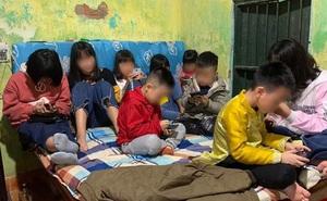 Hình ảnh hàng chục đứa trẻ ngồi túm tụm trên giường, yên lặng dán mắt vào smartphone khi đi chúc Tết khiến nhiều người giật mình
