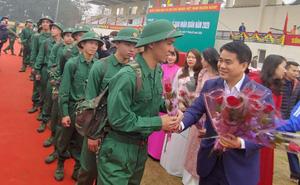 Chủ tịch UBND TP Hà Nội Nguyễn Đức Chung động viên các tân binh lên đường nhập ngũ