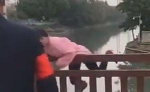 """Bị ngăn không cho qua cầu vì không đeo khẩu trang, người phụ nữ nhảy luôn xuống sông chống đối và cái kết """"ngượng chín mặt"""""""
