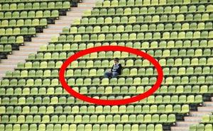 """Muốn được """"sáng nhất màn ảnh nhỏ"""", người đàn ông bày trò để được chiếm trọn khán đài trận đấu bóng chày rồi phải lĩnh kết cục thê thảm"""
