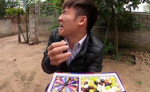 """Con trai bà Tân Vlog lại bị tố là """"diễn lố, bắt trend cũ rích"""" khi mang món kẹo thối đi troll mẹ"""
