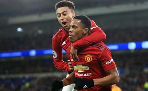 """Lột xác ngoạn mục, """"Số 9"""" của Man Utd vẫn bị dằn mặt"""