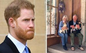 """Thái tử Charles tái ngộ với vợ sau khi chiến thắng Covid-19, đăng ảnh kỷ niệm 15 năm ngày cưới trong khi con trai Harry đang """"chật vật"""" ở Mỹ"""