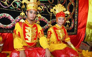 Phong tục kỳ lạ: Vợ chồng mới cưới bị cấm dùng nhà vệ sinh suốt 3 ngày đêm
