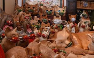Ngôi đền đặc biệt ở Nhật Bản được mệnh danh là 'Đền Mèo', trụ trì tự tay làm khẩu trang cho hàng trăm chú mèo gỗ từ tã lót trẻ em