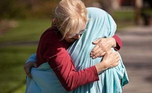 Covid-19: Khao khát ôm con gái làm y tá, mẹ quấn vải kín người con
