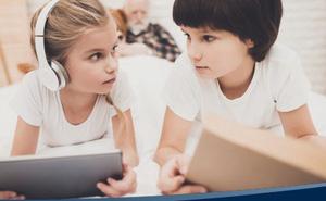 Nhìn bức ảnh khác biệt 'một trời một vực' giữa não bộ của trẻ đọc sách và xem điện thoại, cha mẹ sẽ biết mình nên làm gì với con trong những ngày nghỉ học vì Covid-19
