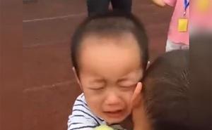 Hai cậu bé ôm nhau khóc òa giữa sân trường, cô giáo và các bạn ngơ ngác không hiểu chuyện gì rồi bật cười với lý do rất đáng yêu