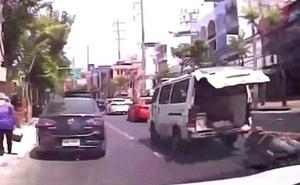 Xe cứu thương lao vun vút trên đường phố đông đúc, đánh rơi cả bệnh nhân đang đi cấp cứu