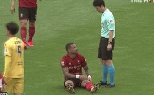 Trọng tài Hàn Quốc từ chối kéo cầu thủ đứng dậy, lý do thật sự phía sau gây sốt báo chí thế giới