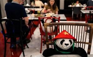 Sợ thực khách cô đơn trong mùa dịch, nhà hàng Việt nghĩ ra 'tuyệt chiêu' hay ho khiến nhiều trang báo quốc tế đồng loạt đưa tin