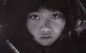 Hình ảnh cô bé nghèo có đôi mắt to từng lay động trái tim người Trung Quốc, 26 năm sau định mệnh thay đổi cuộc đời cô vì bức ảnh này