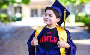 Không phải thần đồng nhưng cậu bé 13 tuổi sở hữu 4 bằng cử nhân, bí quyết dạy con từ người mẹ khiến cả thế giới thán phục