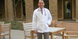 Từ bác sĩ Việt Nam thành bác sĩ Mỹ: Con đường không trải hoa hồng
