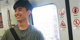 Vô tình va phải anh đẹp trai trên tàu điện ngầm, chị em hú hét: Con trai hay cười auto cộng 100 điểm thiện cảm