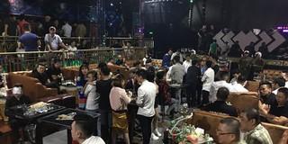 """Quán bar """"khủng"""" ở Sài Gòn tự pha chế rượu trong xô nhựa bán cho khách"""