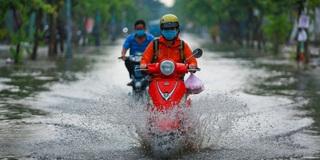 Đường Sài Gòn ngập sâu sau cơn mưa kéo dài 30 phút