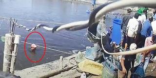 """Camera gắn trên trụ điện lật tẩy thủ đoạn thương lái dàn cảnh trộm tôm """"siêu tinh vi"""""""