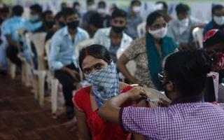 Tiêm 1 tỉ liều vắc-xin, Ấn Độ ăn mừng theo cách đặc biệt