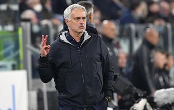 Giơ 3 ngón tay, Mourinho lại gây chiến với CĐV Juventus