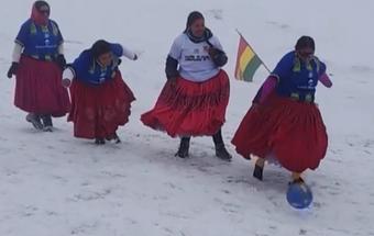 Kinh khủng trận đấu bóng đá nữ ở độ cao kỷ lục gần 6.000m lạnh thấu xương