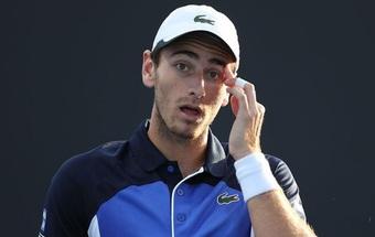 """Tay vợt dự Australian Open bị cả thế giới """"ném đá"""" vì yêu cầu bé gái bóc chuối"""
