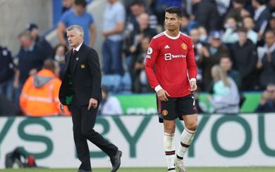"""Ronaldo """"tịt ngòi"""", Man United run rẩy, tan hoang trước sự hồi sinh của Bầy cáo"""