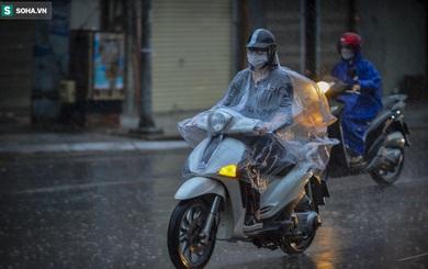 """Hà Nội mưa lớn, 8h sáng nhưng trời vẫn """"tối sầm"""""""