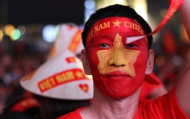 Dân chung cư ở Hà Nội bày gà luộc, xôi gấc cúng cầu may cho U22 Việt Nam