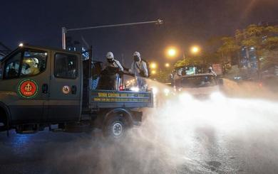 BV Bạch Mai được tiêu trùng khử độc, Binh chủng Hoá học huy động 10 xe chuyên dụng làm việc trong đêm