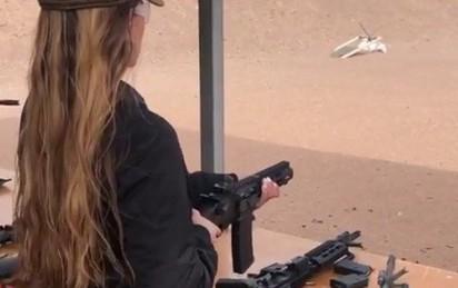 Cô gái Israel bắn súng từng phát đanh thép, chớp lửa lóe sáng đầu nòng