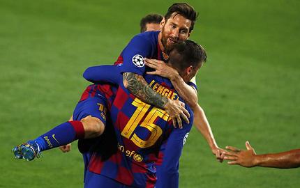 """Solo tuyệt đỉnh, Messi kéo """"cỗ xe nổ lốp"""" Barcelona vượt qua cửa ải Napoli"""