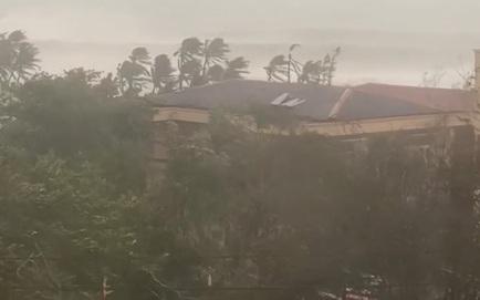 Bão số 9 áp sát, Lý Sơn mưa to, gió rất lớn, một số nhà dân và trụ sở các cơ quan chức năng đã bị tốc mái