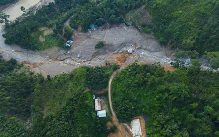 SẠT LỞ Ở QUẢNG NAM: Tìm thấy thêm 1 thi thể ở Trà Leng; Hàng chục nhà dân bị sập... không còn cả mì tôm, muối để ăn