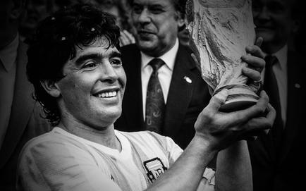 """""""Cậu bé vàng"""" Maradona qua đời ở tuổi 60"""