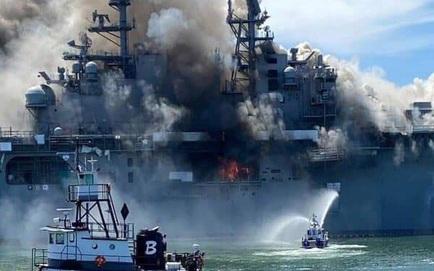 NÓNG: Cháy nổ dữ dội trên siêu tàu đổ bộ tấn công của Mỹ mạnh hơn cả tàu sân bay hạng trung - Cuộc chiến gay cấn chống lửa