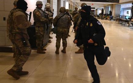 """[NÓNG] Điện Capitol bị phong tỏa trước lễ nhậm chức của ông Biden vì """"mối đe dọa an ninh bên ngoài"""""""