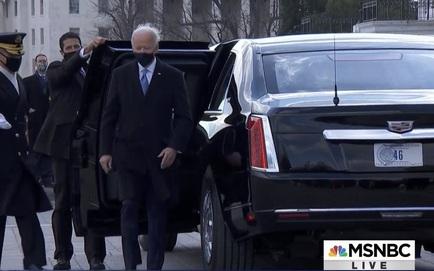 """Tổng thống Biden rời Điện Capitol trên xe Cadillac biển """"46"""", 21 phát đại bác chào mừng vang lên từ Nghĩa trang Arlington"""