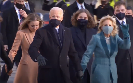 Tổng thống Joe Biden xuống xe, cùng gia đình đi bộ tới Nhà Trắng