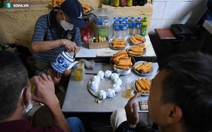 Toàn Hà Nội là vùng xanh, nhiều người đội mưa đi ăn phở ngày cuối thu. Số ca mắc mới và tử vong trong 24h lại tăng