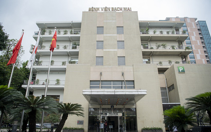 Vì sao Bệnh viện Bạch Mai phá nhà lưu trú cho người nhà bệnh nhân, chặt cây xà cừ tuổi đời trăm năm?