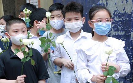 Bạn học mang bông hồng trắng tiễn biệt bé gái 10 tuổi trong vụ cháy 4 người chết ở phố Tôn Đức Thắng tại Hà Nội