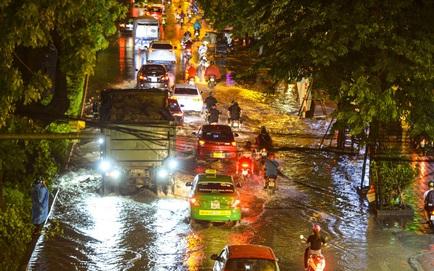 [ẢNH] Sau cơn mưa giông lớn ở Hà Nội, cây đổ la liệt, đường phố ngập sâu, nhiều xe chết máy
