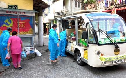 Hà Nội: Xe điện chở lương thực vào tận nhà người dân đang bị cách ly ở Chương Dương