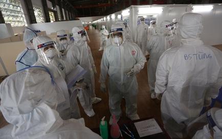 Việt Nam thêm 10.040 ca mắc Covid-19; Cô giáo tiêm 2 mũi vắc xin chỉ cách nhau 10 phút nói hiện sức khỏe ổn