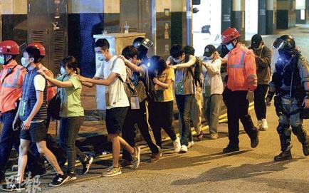 """Báo Hong Kong: Cạn kiệt lương thực, hơn 70 người biểu tình xếp hàng """"trình diện"""" bên ngoài ĐH Bách Khoa"""